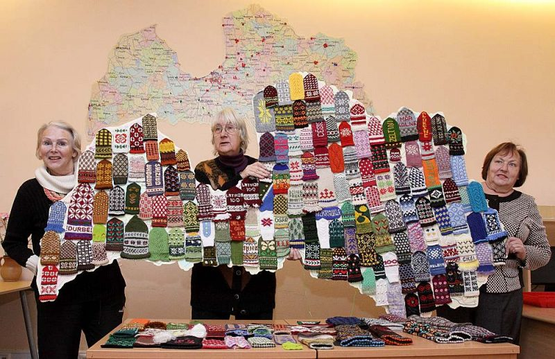 Zaļās krāsas cimdiņi graudu klētij Zemgalei, brūnie – Kurzemei, zilie – ezeru zemei Latgalei. Attēlā: trīs no daudzajām dāvanas autorēm Dzintra Žilde (no kreisās), Laimdota Ence un Vera Kalcenava.
