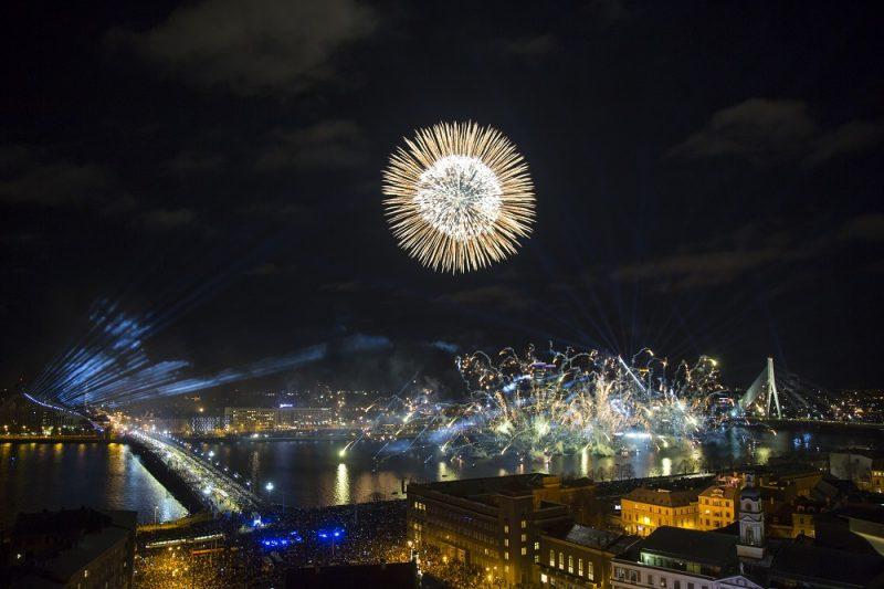 """11.novembra krastmalā notiek Latvijas simtgades jubilejai veltīts gaismas uzvedums """"Saules mūžs""""."""