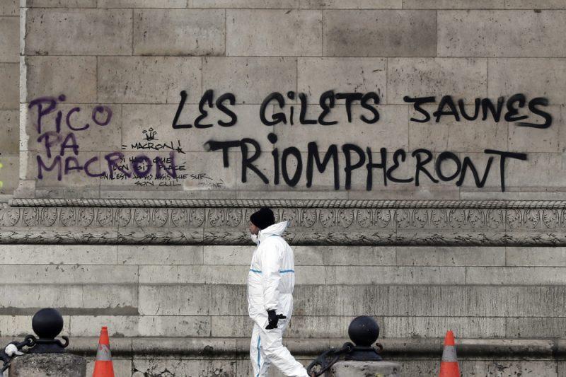 """""""Dzelteno vestu"""" sacelšanās atstājusi uz Triumfa arkas sāniem grafiti."""