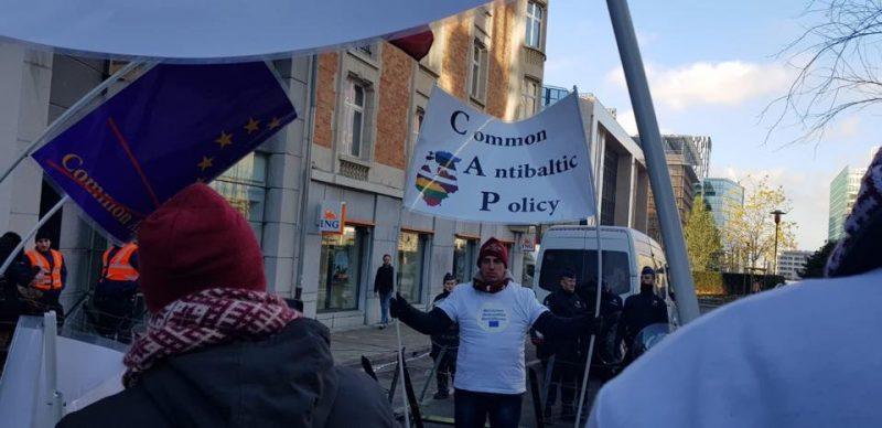 Protestu laikā Briselē.