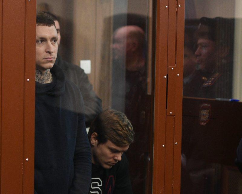 Futbolisti Pāvels Mamajevs (no kreisās) un Aleksandrs Kokorins tiesas zālē.