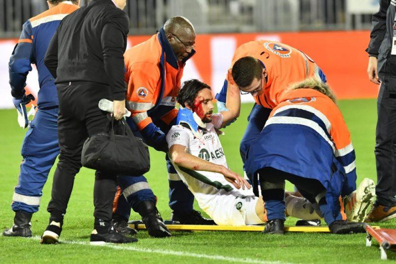 """""""Saint-Etienne"""" futbolists Nevens Subotičs tiek nonests no laukuma pēc smagas galvas traumas gūšanas."""