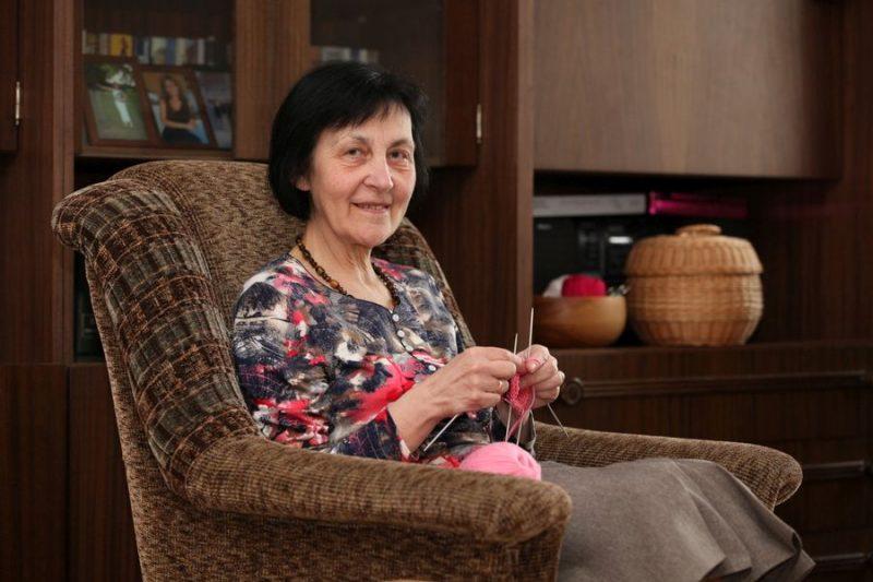 Rokdarbi Ainai Laveiķei parasti top viesistabas atpūtas krēslā, skatoties televīziju.