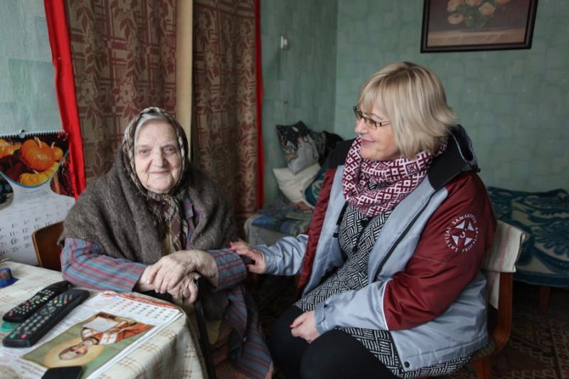 Aleksandra Seļezeņeva (no kreisās) pēc vīra nāves dzīvoklī palikusi viena. Palīdz kaimiņi un samarieši, tikai pietrūkstot sarunas biedru. Attēlā: Ciemos pie Aleksandras atbraukusi Aija Purmale, Latvijas Samariešu apvienības Zemgales nodaļas vadītāja.