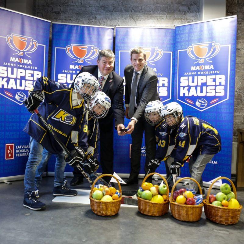 """Aigars Kalvītis un """"Maxima Latvija"""" valdes loceklis Jānis Vanags dod startu jaunam bērnu hokeja turnīram."""