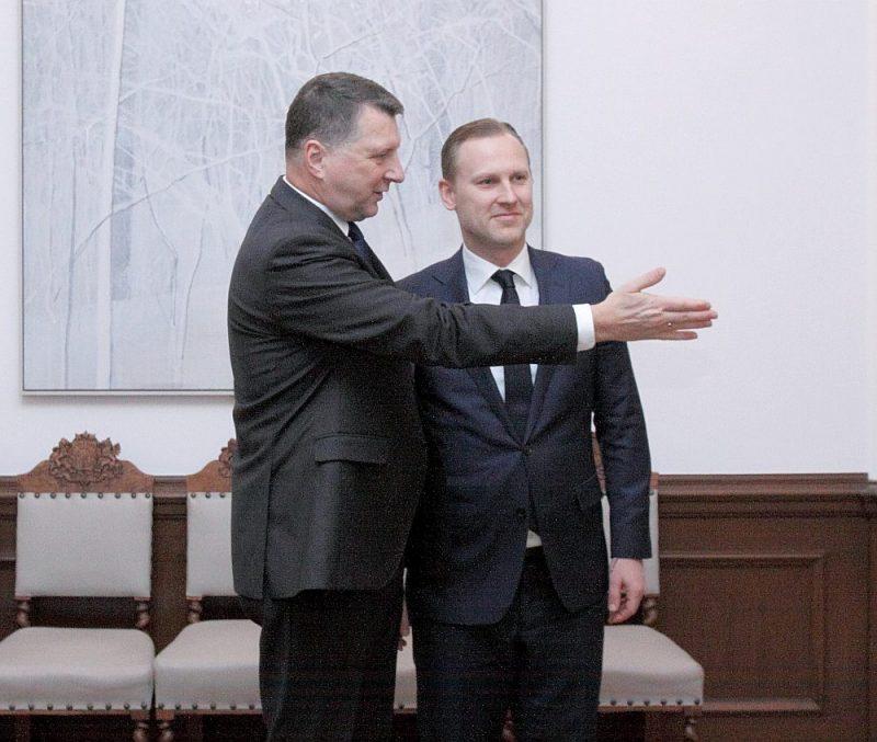 """Valsts prezidents Raimonds Vējonis (no kreisās) Aldim Gobzemam: """"Paldies, Gobzema kungs, tur ir durvis…"""""""