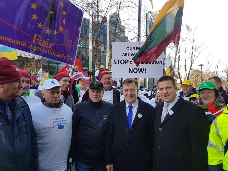 Lauksaimnieku protestu dalībnieki kopā ar Ministru prezidentu Māri Kučinski.