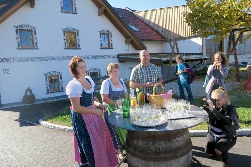 """""""Biohof Ebenbauer"""" saimnieks Gotfrīds Vāgners un viņa kundze Rozīna (otrā pa labi) bioloģiskās saimniecības naudas ienākumu papildināšanai iekārtojuši arī viesu namu."""