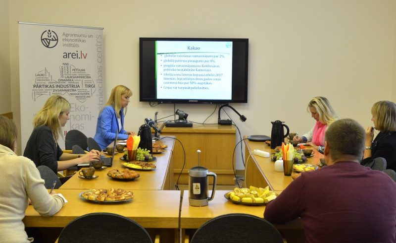 Agroresursu un ekonomikas institūta Lauksaimniecības tirgus veicināšanas centra vadītāja Ingūna Gulbe preses konferencē informē par pārtikas cenām.