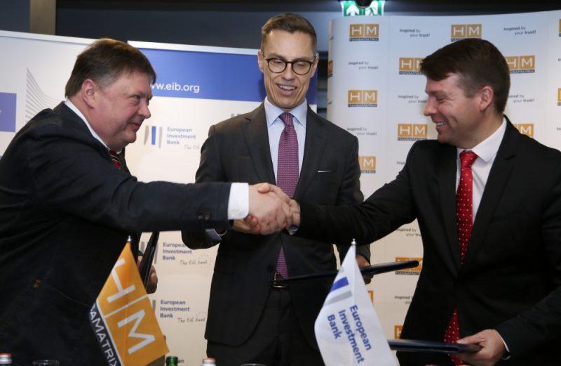 """HansaMatrix"""" valdes priekšsēdētājs Ilmārs Osmanis (no kreisš), Eiropas Investīciju bankas viceprezidents Aleksandrs Stubs, Eiropas Komisijas ekonomists Mārtiņš Zemītis sarokojas pēc parakstītā aizdevuma līguma starp augsto tehnoloģiju uzņēmumu """"HansaMatrix"""" un Eiropas Investīciju banku par 10 miljonu eiro finansējuma piešķiršanu."""