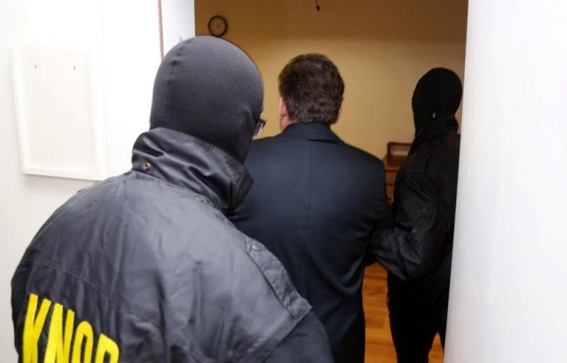 Leons Bemhens tiek konvojēts uz tiesas sēdi Rīgas pilsētas Vidzemes priekšpilsētas tiesā, kur lems par drošības līdzekļa piemērošanu.