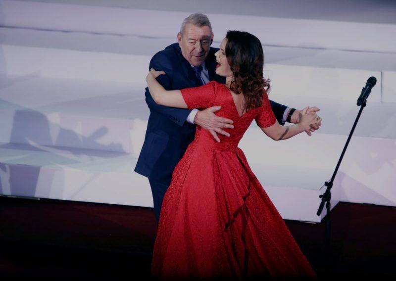 Adrians Dāvis metas dejā ar operdziedātāju Ingu Šļubovsku-Kancēviču.