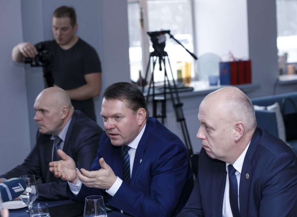 LDz prezidents Edvīns Bērziņš (vidū): Koncerns pilnveidoja stratēģisko redzējumu, īstenoja būtiskus modernizācijas un digitalizācijas projektus, kā arī strādāja pie liela mēroga infrastruktūras attīstības projektu sagatavošanas un starptautiskās sadarbības veicināšanas.