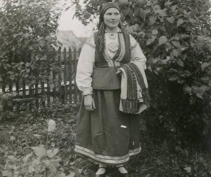 Rucaviete tautas tērpā. 1934. gads.