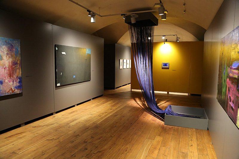 Izstādē eksponēti divpadsmit mākslinieku darbi, kas atklāj individuālos raksturus un gadu gaitā izkoptos mākslinieciskos rokrakstus.