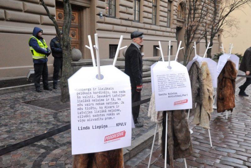 """Partija """"Progresīvie"""" pie Saeimas rīkoja akciju par godīgu politiku, kurai devuši nosaukumu """"Apgriezto kažoku akcija"""",  06.12.2018."""