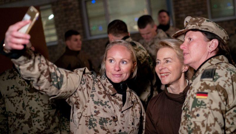 Vācijas aizsardzības ministre Urzula fon der Leiena (foto – vidū), tiekoties ar Vācijas armijas rotu Afganistānā, 17.12.2018.