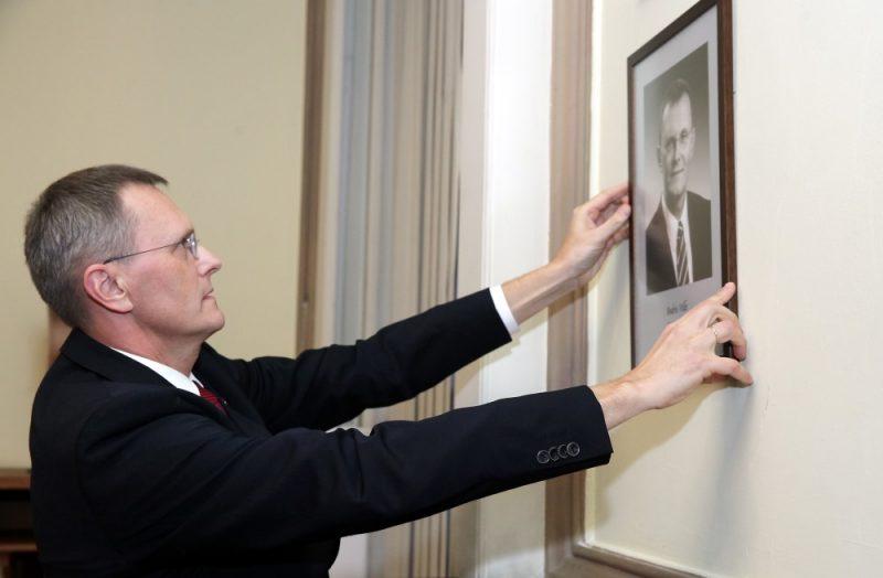 Arhīva foto. Bijušais finanšu ministrs Andris Vilks papildina bijušo ministru fotoportretu galeriju ar savu portretu.