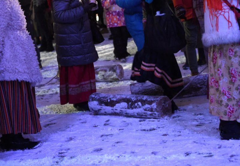 Rīgā svin ziemas saulgriežus un ķekatnieki velk bluķi cauri Vecrīgai, 21.12.2018.