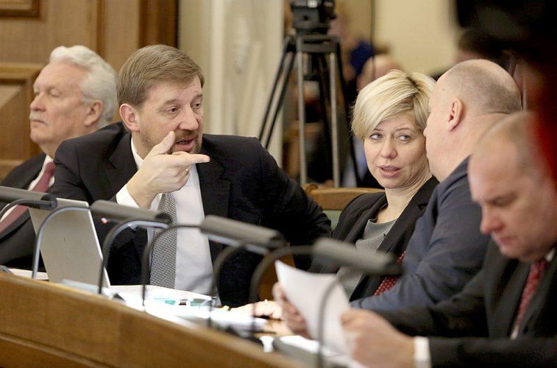 """Saeimas deputāti Andrejs Klementjevs (no kreisās), Anda Čakša un Raimonds Bergmanis Saeimas sēdē. Veselības ministre A. Čakša (ZZS) nobalsoja pret A. Klementjeva partijas kolēģa V. Dombrovska (""""Saskaņa"""") priekšlikumu, jo uzskata, ka finansējums mediķu atalgojuma palielināšanai ir jāpiešķir visai veselības aprūpes jomai kopumā."""