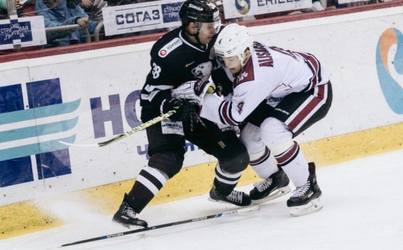 """Rīgas """"Dinamo"""" aizsargs Nerijs Ališausks (no labās) spēlē pret Čeļabinskas """"Traktor""""."""