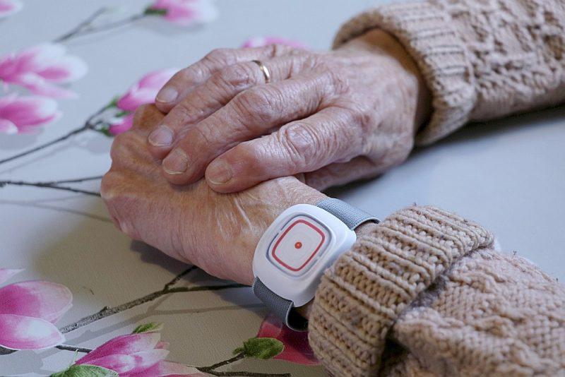Drošības pogu var nēsāt uz rokas vai likt ap kaklu kā kulonu.