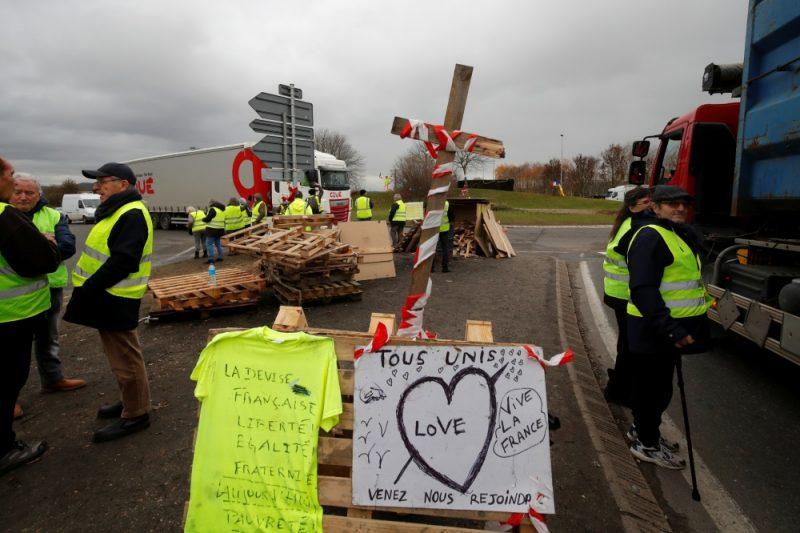 """Dzelteno vestu""protesti Francijā."