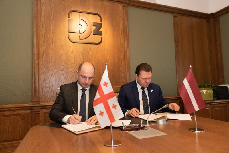 Gruzijas dzelzceļa uzņēmuma vadītājs Dāvids Peradze (no kreisās) un LDz prezidents Edvīns Bērziņš memoranda parakstīšanas brīdī.