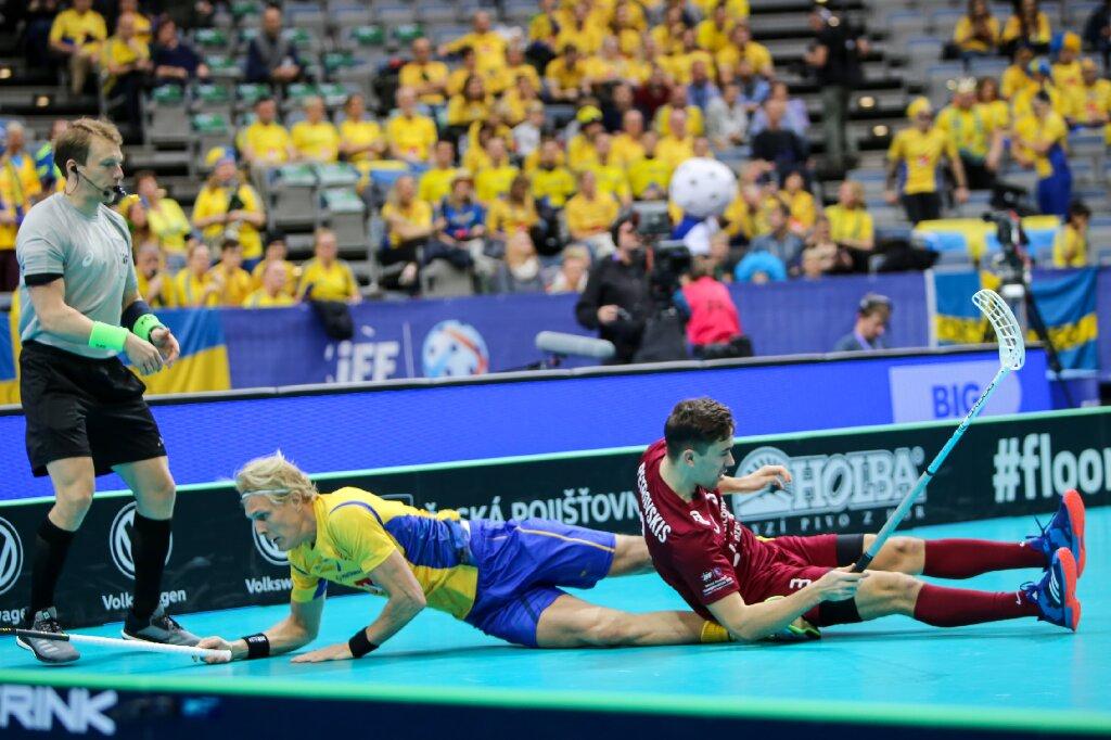 Latvijas florbola izlase cīnās pret titulēto Zviedriju.