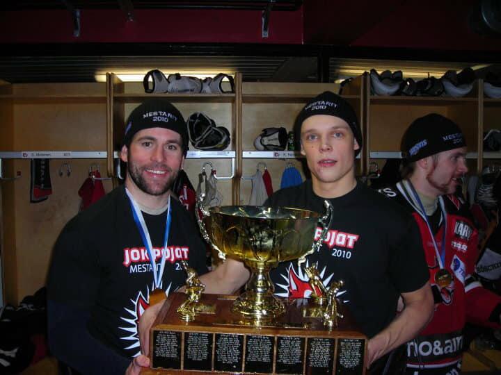 """Roberts Jekimovs (no labās) un Skots Macka 2010. gadā """"Jokipojat"""" sastāvā kļuva par Somijas otrās spēcīgākās līgas čempioniem."""