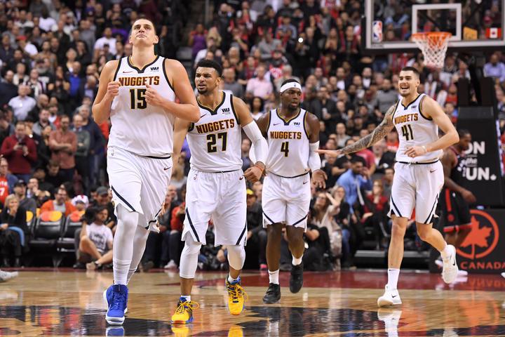 """Nikola Jokičs (priekšplānā) un citi """"Nuggets"""" spēlētāji."""