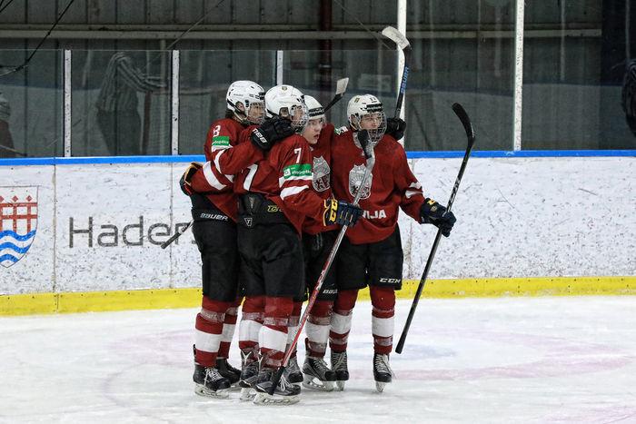 Latvijas junioru U-20 izlases hokejisti pārbaudes spēlē pret Austriju.