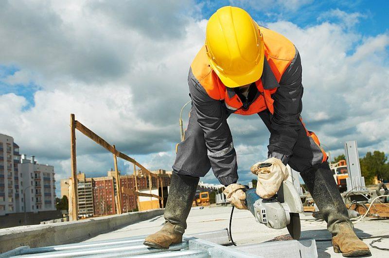 Grozījumi Darba likumā mudinātu celt minimālo algu būvniekiem jau jaunajā sezonā, taču tagad tas varētu notikt vien nākamā gada otrajā pusē.