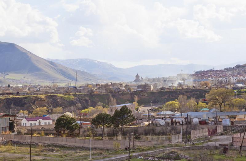"""Vēl trīsdesmit gadus pēc zemestrīces tūkstošiem cilvēku joprojām dzīvo pagaidu barakās jeb """"tomikos"""", kā šīs mājiņas dēvē Armēnijā."""