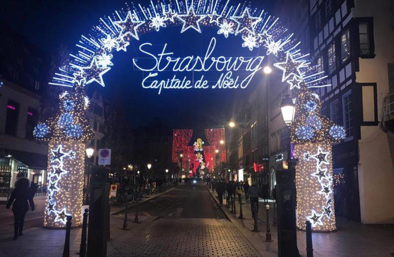 Strasbūras Ziemassvētku tirdziņš otrdienas vakarā