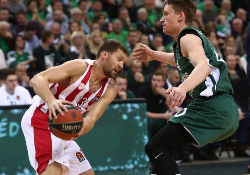 """Jānis Strēlnieks (no kreisās) pret """"Žalgira"""" basketbolistu Mariusu Grigoni."""