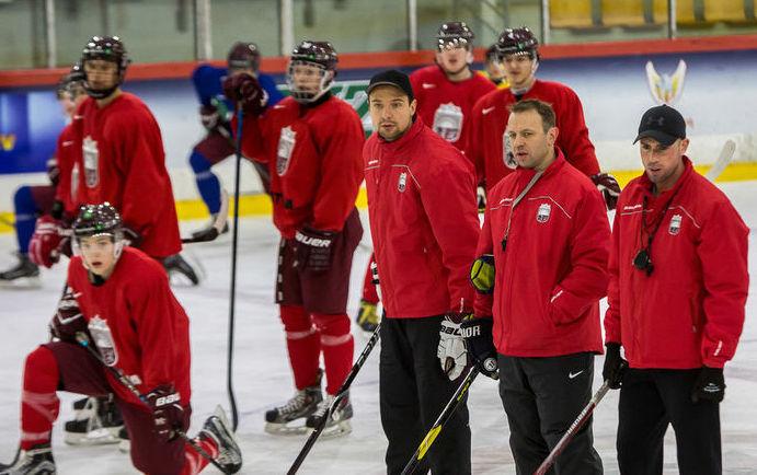 Latvijas U-20 hokeja izlases treneri un spēlētāji.