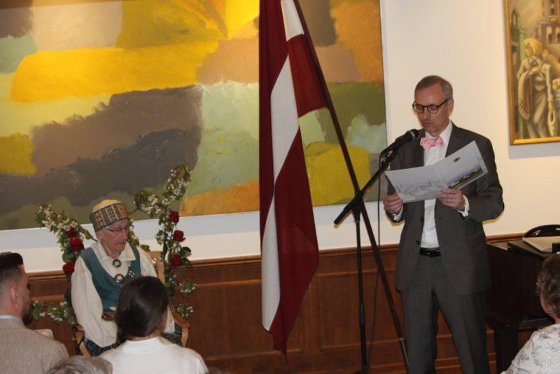 Valentīne Lasmane (pa kreisi) 2016.gada maijā Latvijas vēstniecībā Zviedrijā klausās, kā vēstnieks Gints Jegermanis nolasa Valsts prezidenta Raimonda Vējoņa apsveikumu viņas 100.dzimšanas dienā