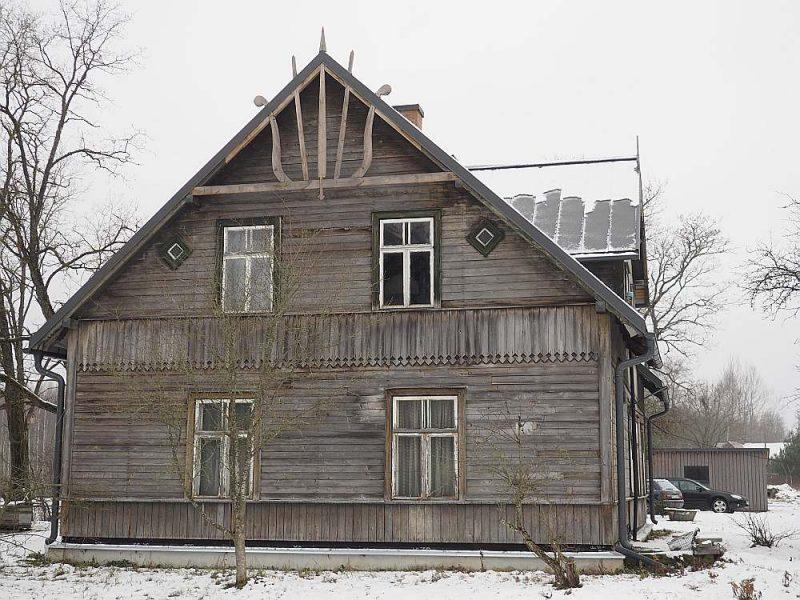 1928. gadā celtajai mājai jumta galus grezno rotājums – līdzīgs arfas stīgām.