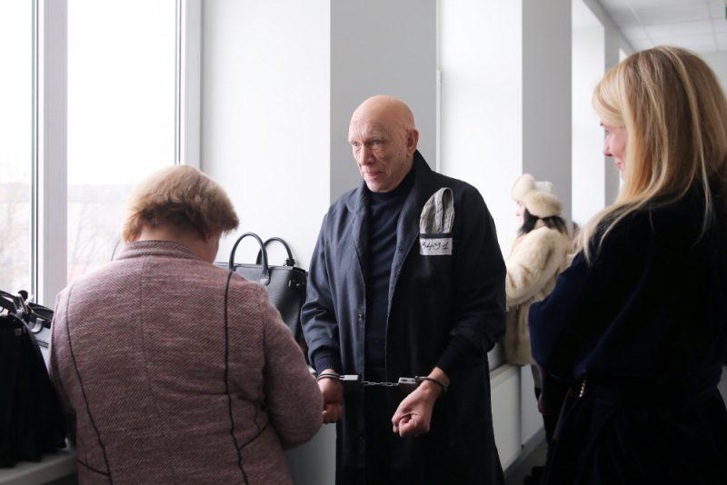 Apsūdzētais uzņēmējs Jūlijs Krūmiņš pirms tiesas sēdes Rīgas pilsētas Vidzemes priekšpilsētas tiesā, kur sāks skatīt pret viņu, Maiju Krieviņu un Tatjanu Morozovu ierosināto krimināllietu par kukuļdošanu, kukuļņemšanu un dienesta viltojumu saistībā ar kāda objekta nodošanu ekspluatācijā, 23.01.2019.