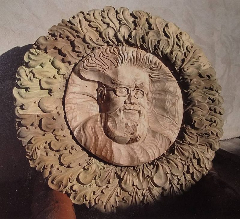 Dekoratīvie koka vainagi simtgadei veltītajā izstādē Pēterbaznīcā.