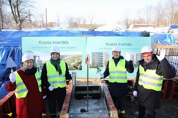 """Projektam """"Krasta kvartāls"""" ielikts pamatakmens. Pasākumā piedalījās un vēstījumus nākamajām paaudzēm kapsulā atstāja Zviedrijas vēstniece Latvijā Annika Jagandere, Bonava Latvija valdes priekšsēdētājs Mareks Kļaviņš,  Krasta kvartāla attīstības projekta vadītājs Mikus Freimanis un pilsētplānotājs, """"Grupa 93"""" vadītājs Neils Balgalis."""