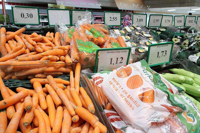 Pirms gada burkāni lielveikalā maksāja 30 centus, bet tagad Nīderlandes un Lietuvas burkāni nopērkami par 58 centiem.