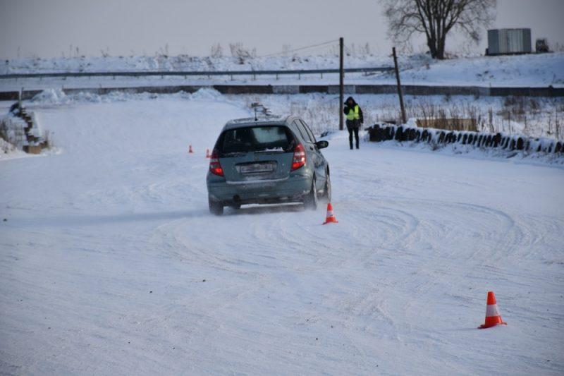 Ziemas braukšana ar automašīnu.