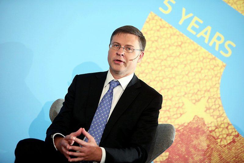 """""""Toreiz daži apgalvoja, ka Latvija pērk pēdējo biļeti uz """"Titānika"""", visvairāk Lietuvā, savukārt citās valstīs apšaubīja, vai ir īstais brīdis paplašināt eirozonu,"""" augsta līmeņa konferencē """"Eiro 5 gadi Latvijā"""" atcerējās Valdis Dombrovskis."""