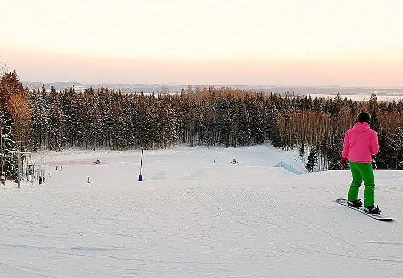 """Kalnu slēpošanas bāze """"Egļukalns"""" atrodas Latvijā visaugstākajā Augšzemes augstienē tikai 20 minūšu brauciena attālumā no Daugavpils (Sventes pag.). Te šosezon sācis darboties jauns, Polijā ražots tablešu tipa pacēlājs."""