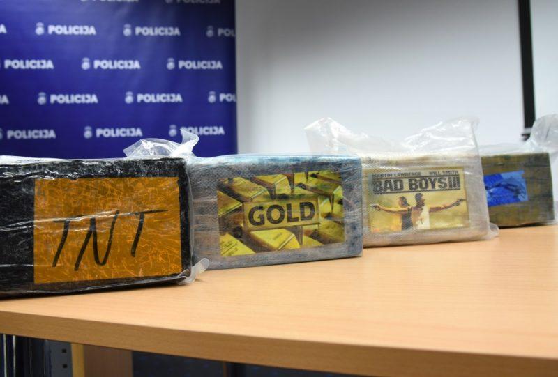 """Valsts policija sadarbībā ar ASV tiesībsargājošo iestādi un pretterorisma vienību """"Omega"""" Kokneses novadā izņēma vairāk nekā divas tonnas kokaīna kravu ar 42 kartona kastēm, kurās atradās 2195 briketes ar dažādiem logo – """"TNT"""", """"Badboys"""", """"Gold"""" un ar delfīna attēlu, 14.01.2019."""