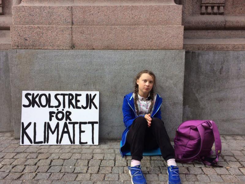 15 gadus vecā skolniece Grēta Thunberga tā vietā, lai dotos uz skolu, katru dienu pie Zviedrijas parlamenta ēkas protestēja pret valsts politiku klimata pārmaiņu jautājumā.