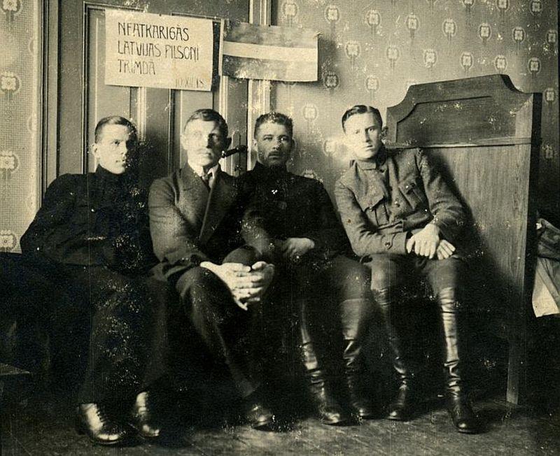 """Apakšpulkvedis Oskars Kalpaks (otrais no labās) kopā ar brāļiem Rubuļiem Rīgā 1918. gada decembrī. Tāda līmeņa un drosmes virsnieku, kas būtu gatavi komandēt marginālos Latvijas """"apsardzības spēkus"""", tolaik nācās grūti sameklēt. Kalpaks šos pienākumus uzņēmās."""