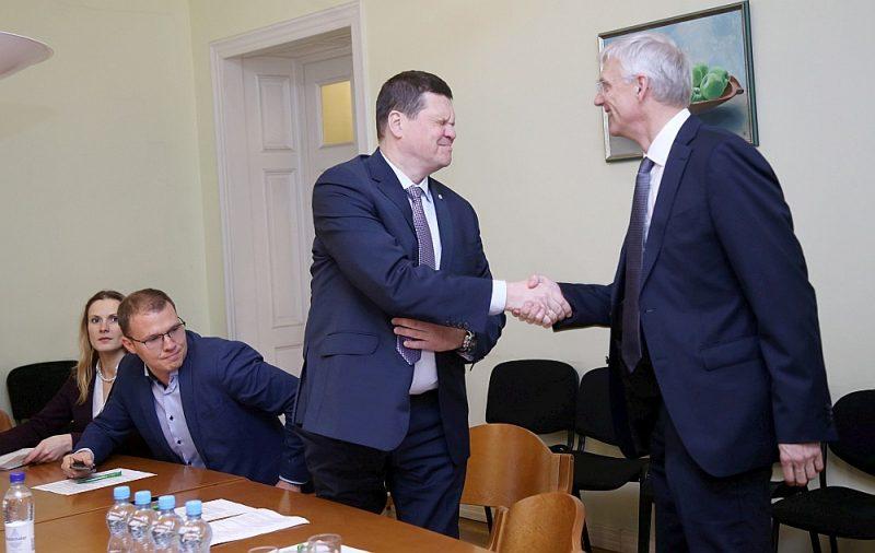 Valsts prezidenta nominētais Ministru prezidenta amata kandidāts Krišjānis Kariņš (no labās) sasveicinās ar Nacionālās apvienības zemkopības ministra amata kandidātu Kasparu Gerhardu.